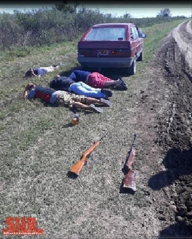 Cuatro sujetos detenidos cuando merodeaban en un campo de La Capilla