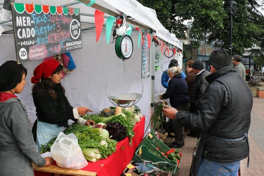 Carne, frutas y verduras econ�micas en la Plaza Rigolleau de Berazategui