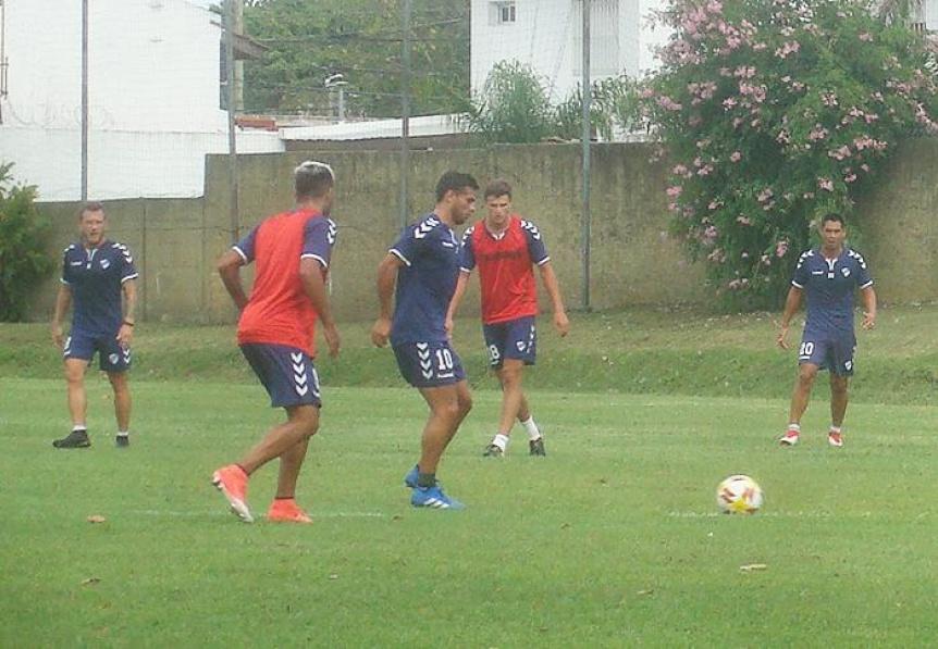 Quilmes hizo trabajos t�cticos y Lemos par� el equipo para el lunes