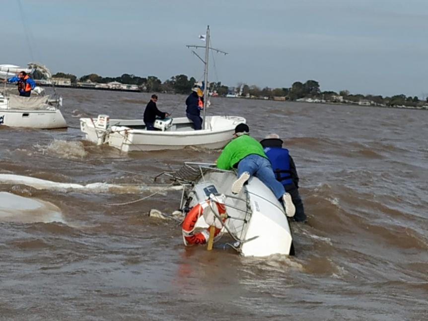 Gran operativo de rescate a deportistas n�uticos que naufragaron en el r�o