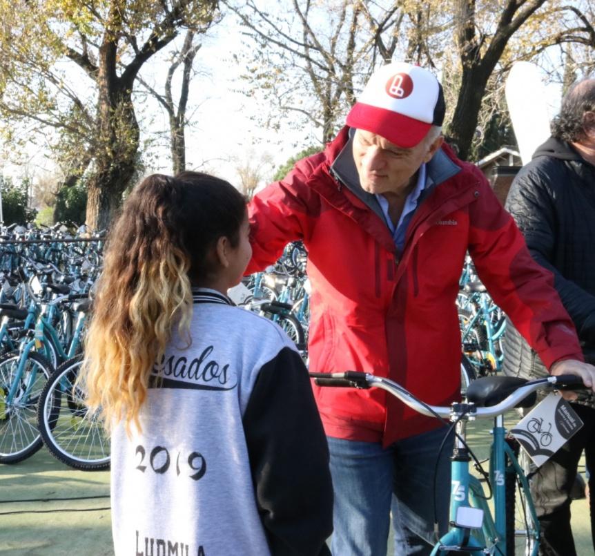 "Grindetti entregó bicicletas a alumnos participantes del concurso ""Lanús Play 75"""