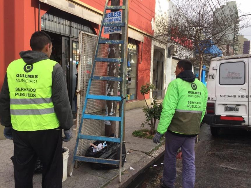 Comenzaron a limpiar los postes con pegatina electoral