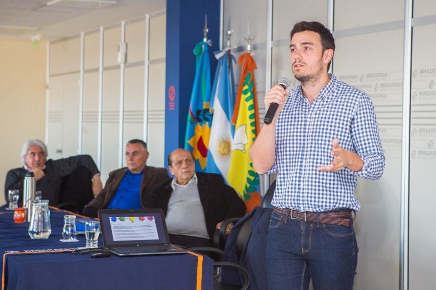 Disertación sobre innovación y ciudades inteligentes a cargo del académico español Ricard Esparza Masana
