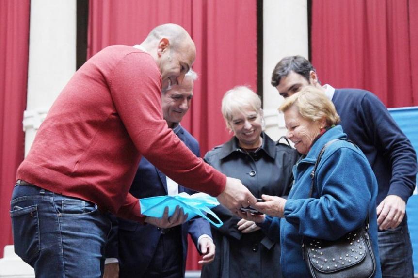 Martiniano Molina y Andrés Ibarra entregaron 100 tablets a jubilados y pensionados de Quilmes