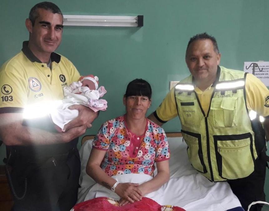 Agentes de Defensa Civil asistieron a una mujer en su parto