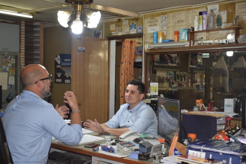 Fernando Pérez con comerciantes en Villa La Florida