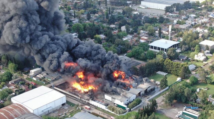 Un feroz incendio arrasa una fábrica de productos químicos