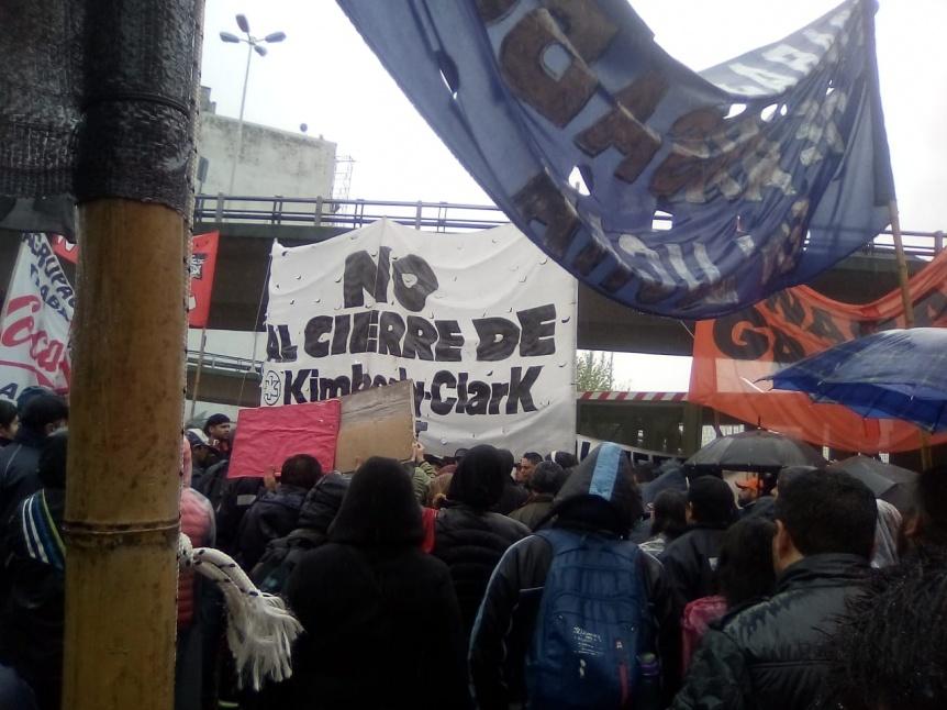 Trabajadores de Kimberly Clark protestaron en el Puente Pueyrredón