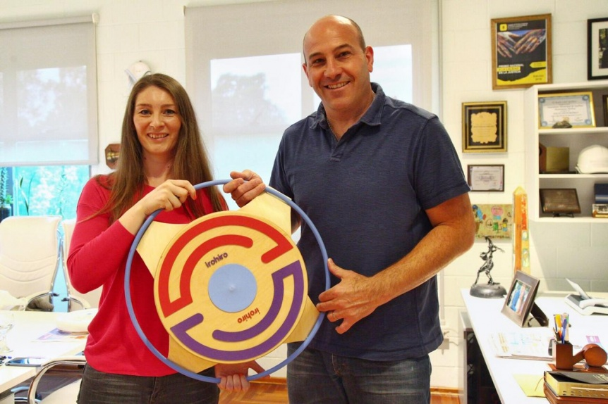 Molina recibió a la creativa quilmeña que inventó juguete para niños autistas