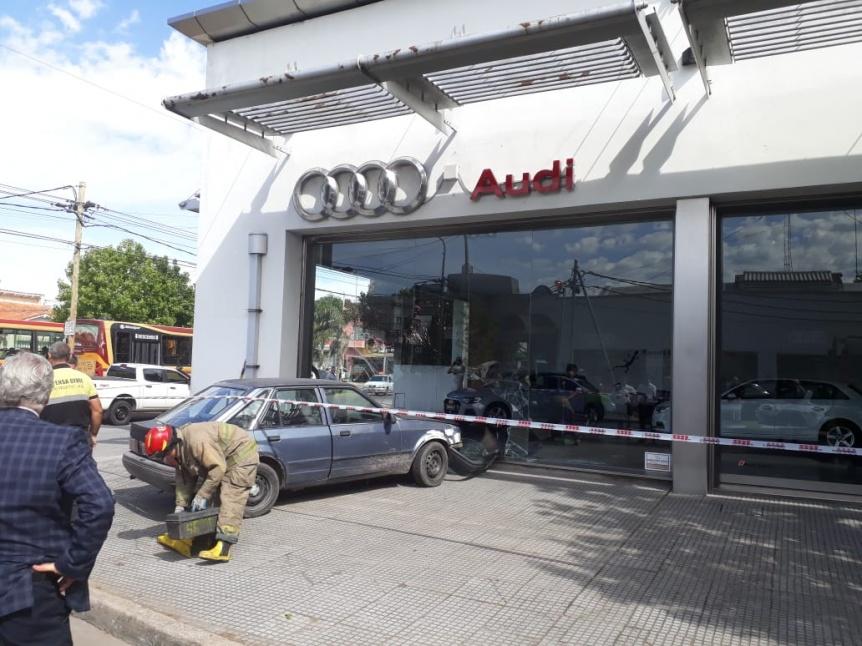 Un auto perdi� el control y se incrust� en una concesionaria Audi