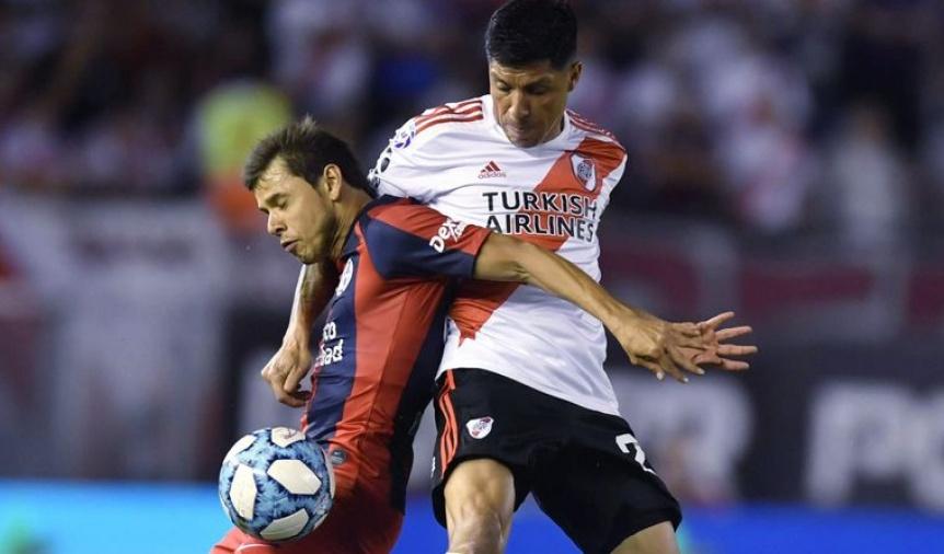 River erró dos penales, perdió con San Lorenzo y se quedó sin la punta