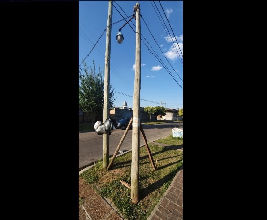 Peligro por poste suelto en Ezpeleta Oeste