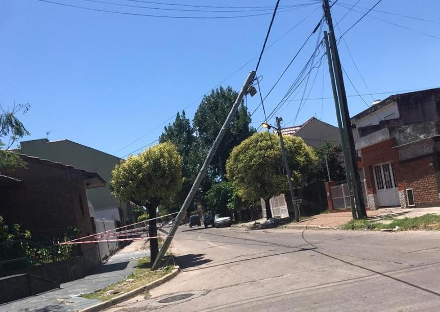 Dos postes a punto de caerse tras la tormenta de viento