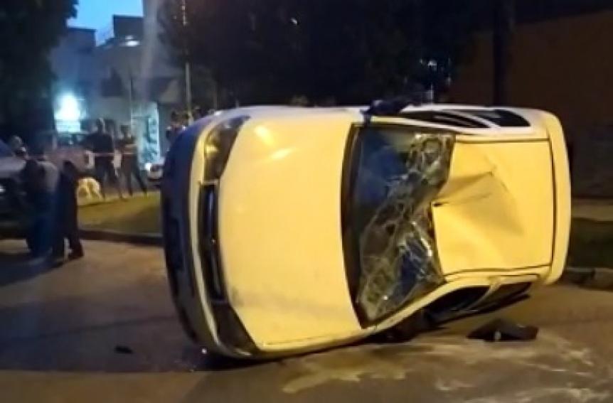 Conductor ebrio intentó atropellar a motociclistas y terminó volcando