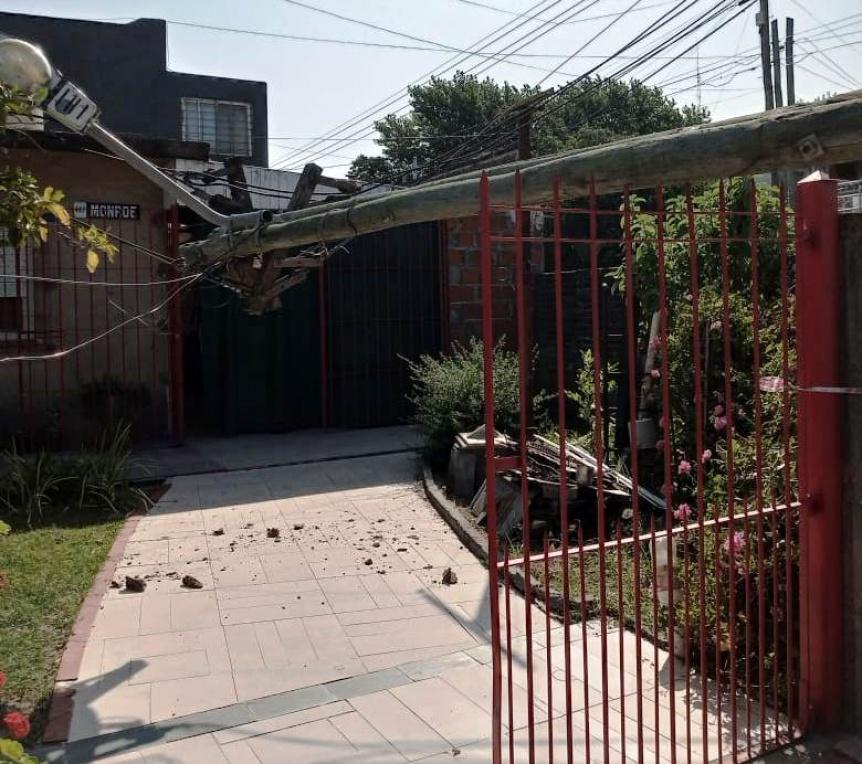 Poste cayó sobre una casa y lo sostuvo la reja
