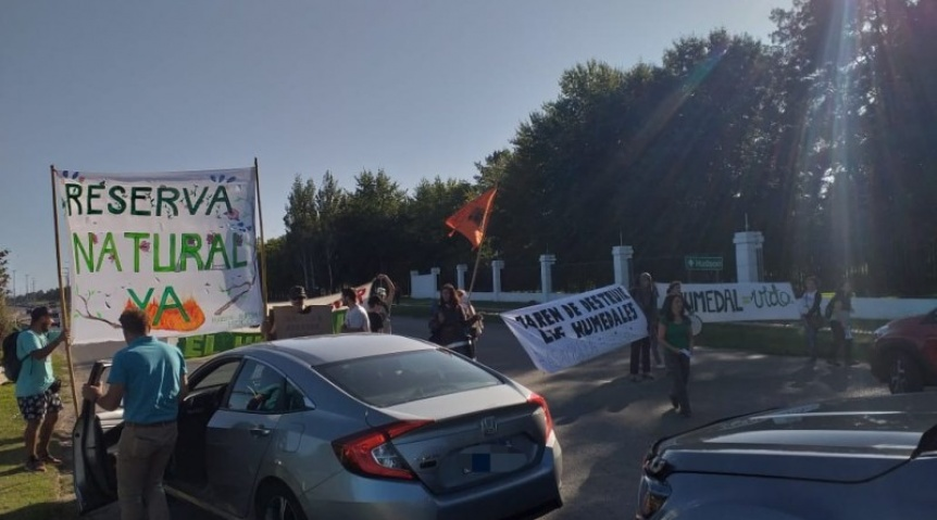 Manifestaci�n frente al Country Abril en defensa de los humedales