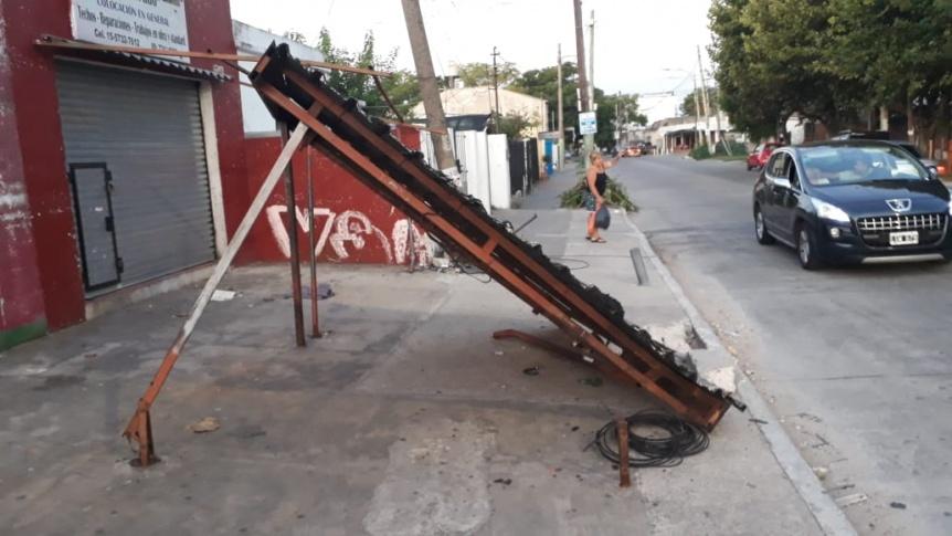 Piden que retiren una parada de colectivo destruida en un choque