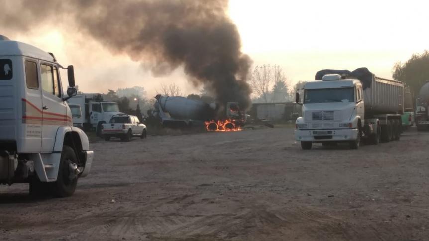 Se prendi� fuego un cami�n hormigonero en predio de Quilmes Oeste