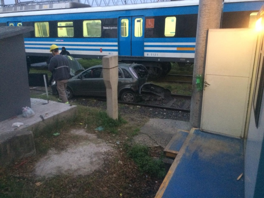 Delincuentes escapaban tras una entradera y los embistió el tren
