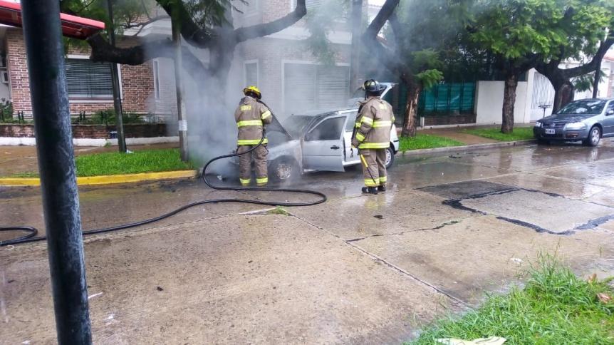 Bomberos extinguieron un auto en llamas