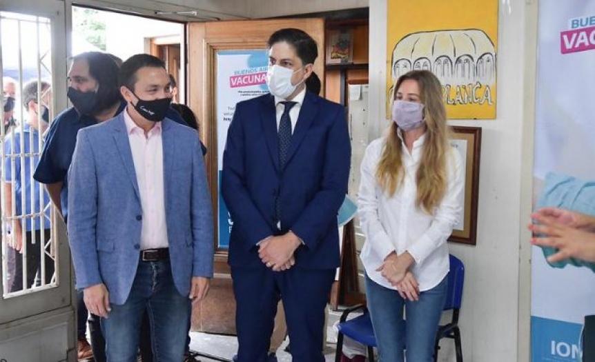 Vila, Trotta y Watson en un centro de vacunaci�n para docentes en Varela