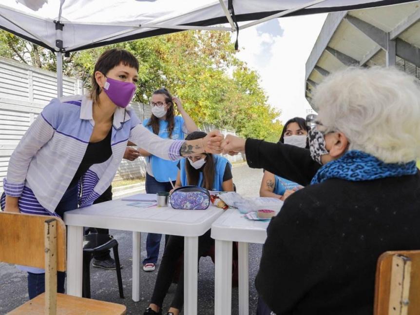 Mendoza supervisó una nueva jornada de vacunación en el QAC