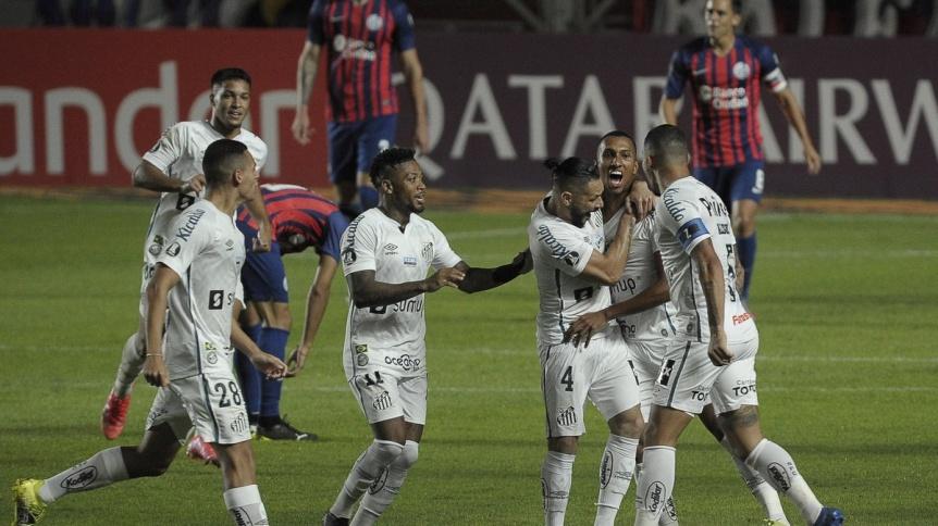 Dura caída de San Lorenzo ante Santos que lo obliga a golear en Brasil