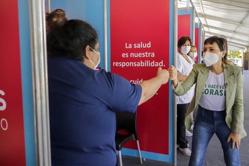 Mayra Mendoza en la primera jornada del nuevo vacunatorio del Parque de la Cervecería