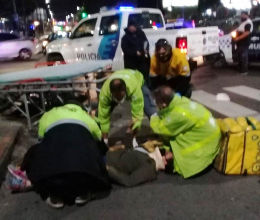 Una joven motocilista result� con politraumatismos tras chocar con un colectivo