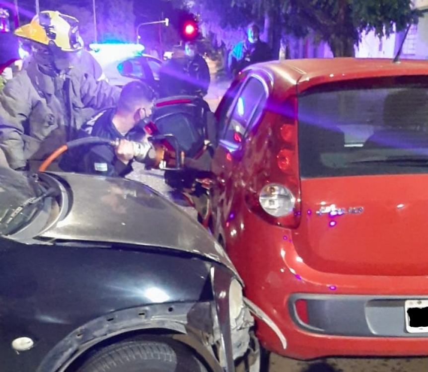 Choque de dos autos con un conductor atrapado en Quilmes centro