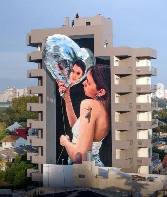 Impactante mural gigante de Martín Ron en un edificio de Bernal centro