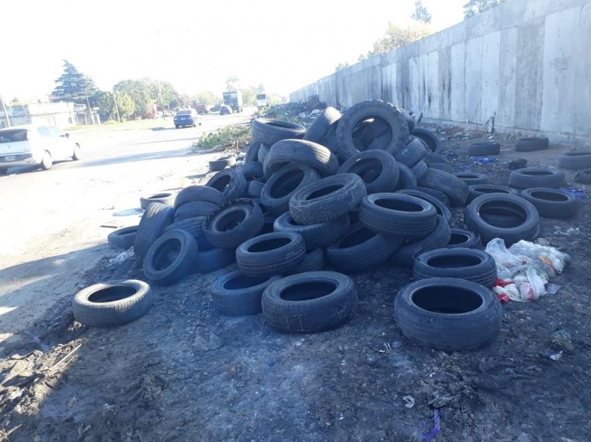 Bernal Oeste: Arrojaron una camionada de neumáticos, y los prendieron fuego