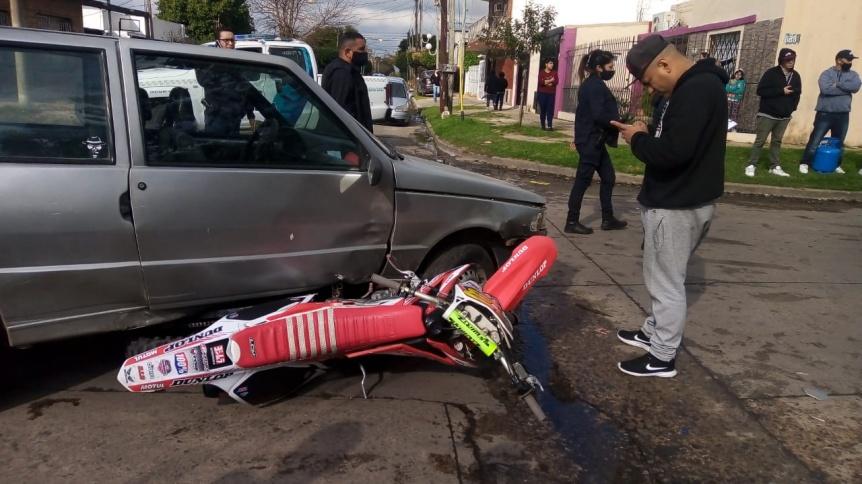 Motociclista herido en fuerte choque con un auto en La Florida