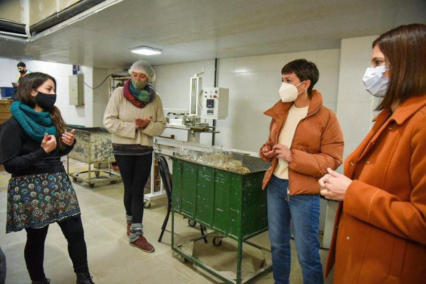 Mayra Mendoza y Laura Alonso visitaron una cooperativa de trabajo