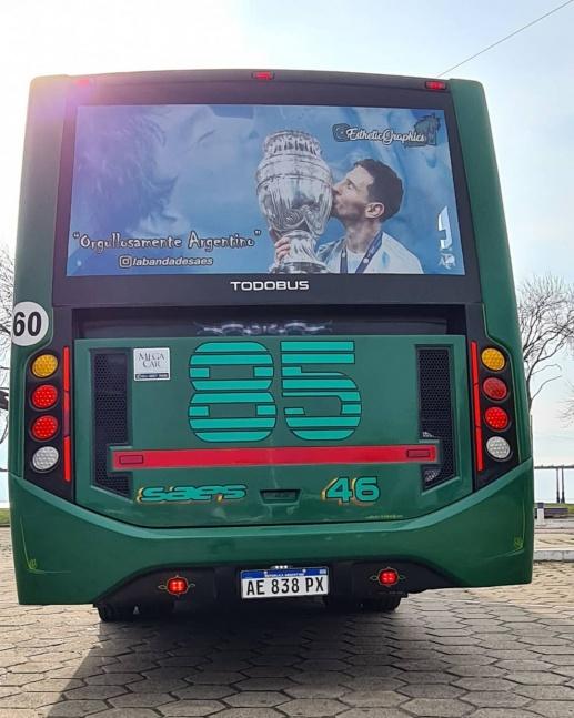 L�nea 85: Homenaje para Messi en tres unidades que ya recorren la ciudad