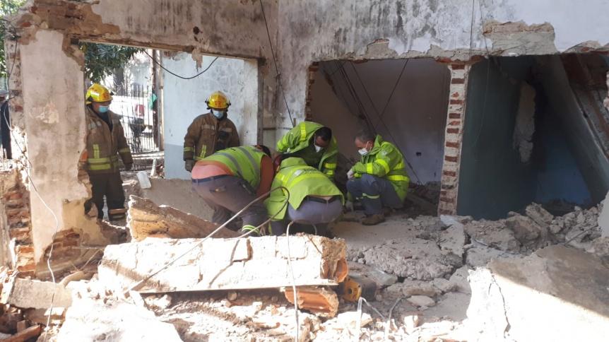 Un operario est� grave por el derrumbe de una pared