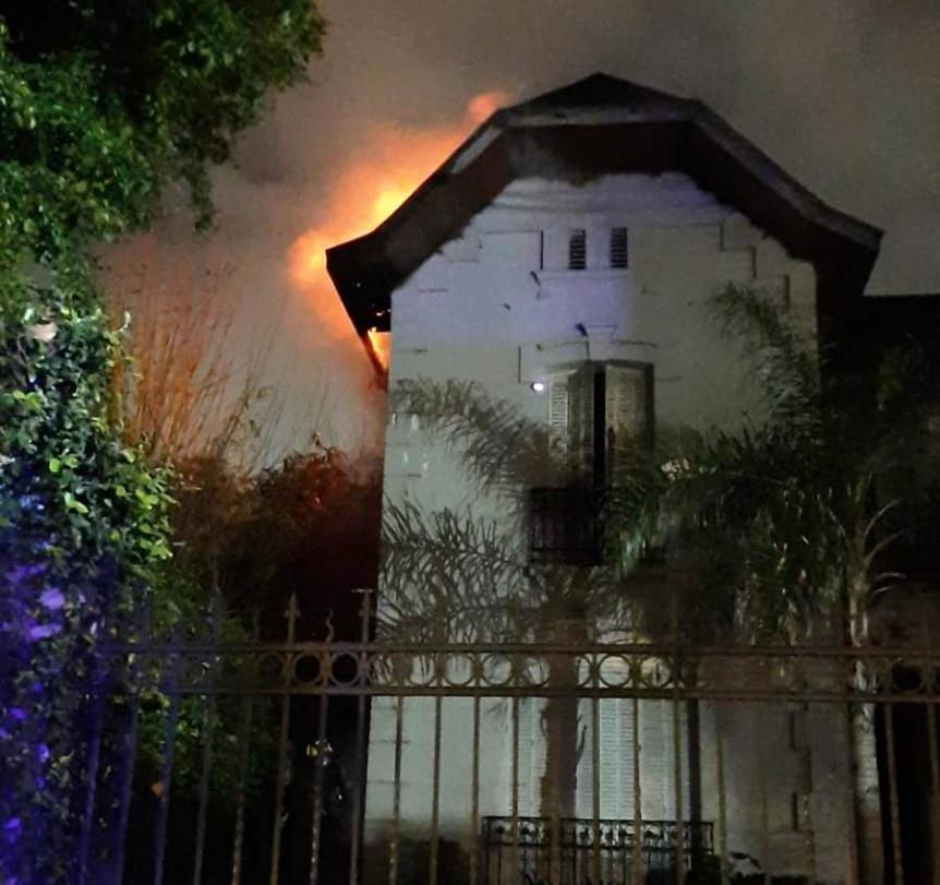 Bomberos de Bernal controlaron un incendio en la chimenea de una casona