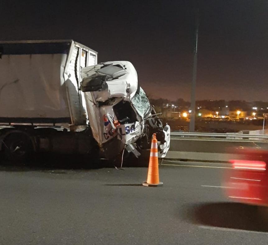 Quilmes: Impactante accidente entre dos camiones en la Autopista Bs.As. LP