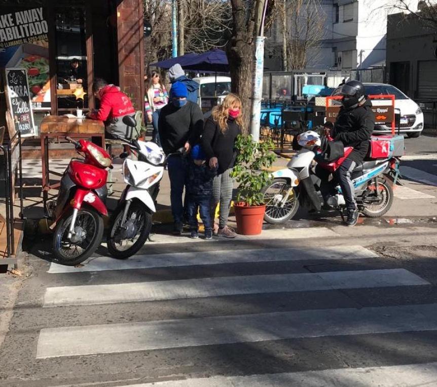 Denuncian ocupación de una senda peatonal en Quilmes centro