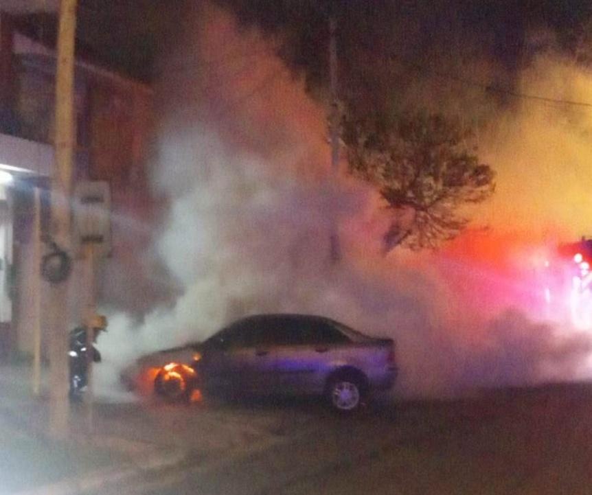 Se incendió un auto en Bernal con daños totales