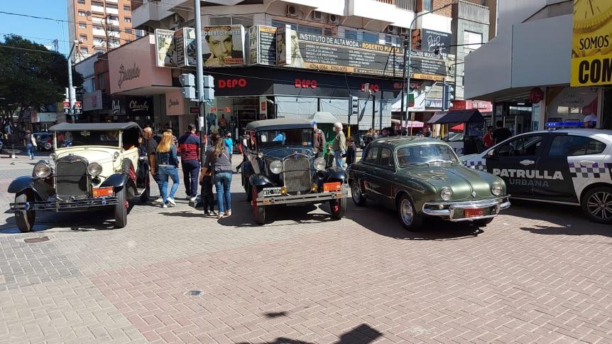 Tarde de exposici�n de autos antiguos en la Peatonal Rivadavia
