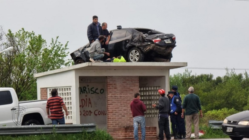 El auto de un polic�a termin� arriba de una garita de colectivo