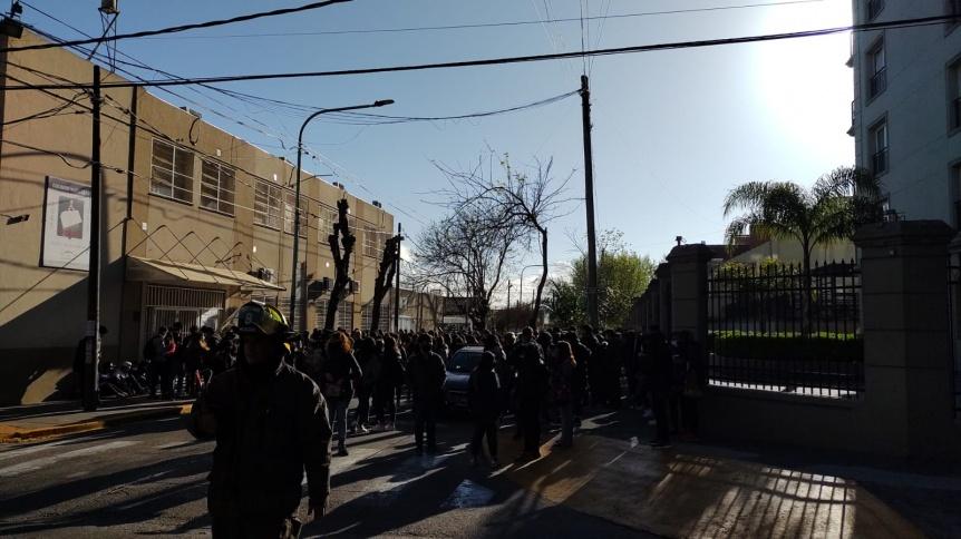 El colegio Nacional debi� ser evacuado por falsa amenaza de bomba