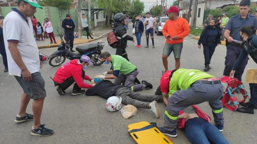 Choque entre auto y moto llev� a dos j�venes al Hospital de Quilmes