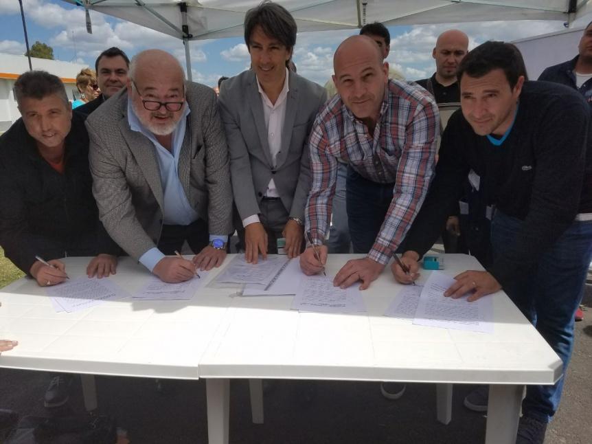 Firman acuerdo para la construcci�n de un polideportivo