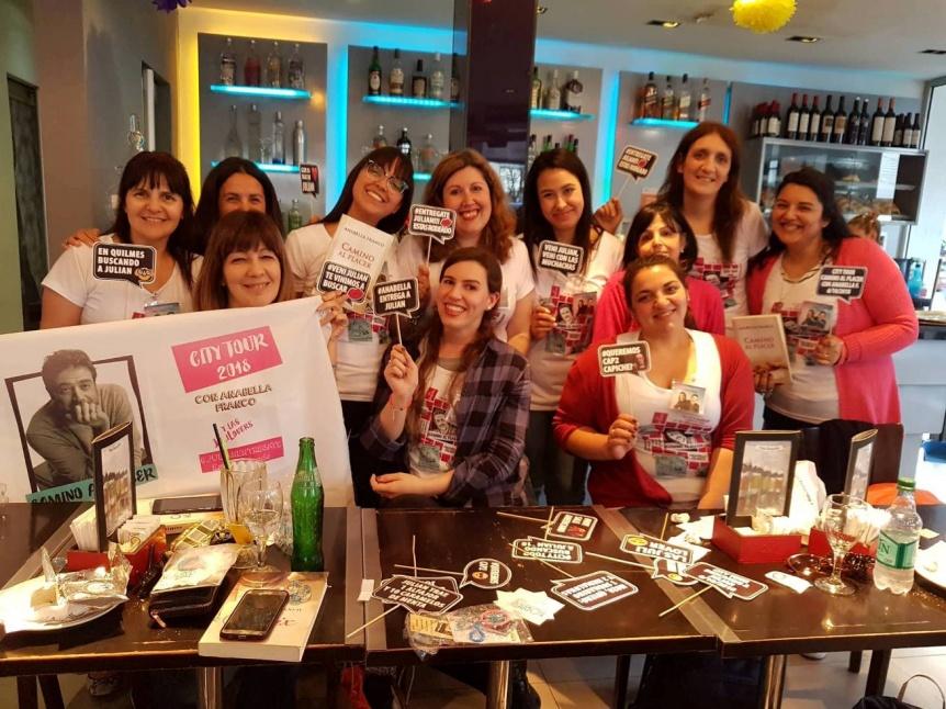 Mujeres apasionadas por una novela vienen a conocer el lugar donde transcurre la acción
