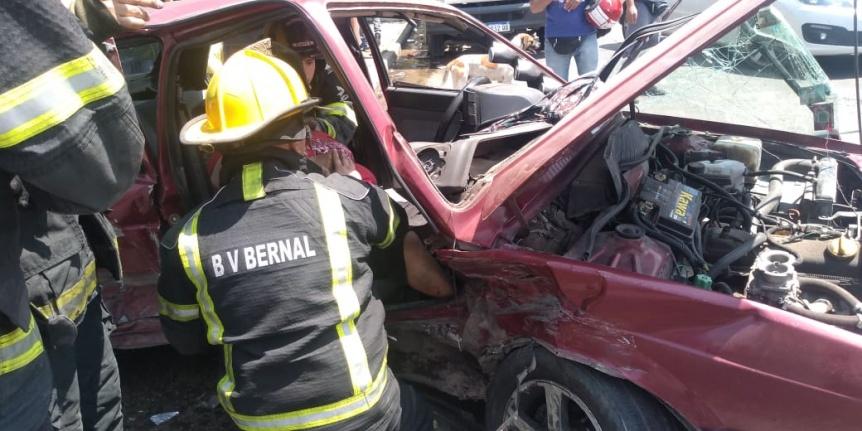 Choque en Bernal con 5 heridos y una persona atrapada - Perspectiva Sur