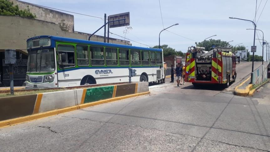Fuego en el motor de un colectivo que ingresaba a Quilmes centro