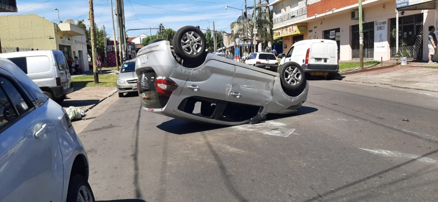 Quilmes Oeste: Choque y vuelco en avenida Amoedo
