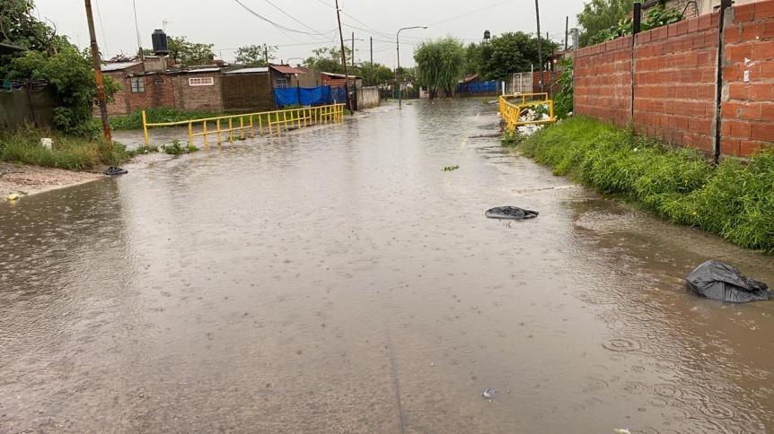 La intensa lluvia causó el desborde del arroyo Las Piedras
